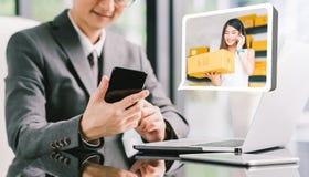 商人CEO定货从年轻女性亚洲小企业主的产品箱子使用电话,膝上型计算机 电子商务技术概念 免版税库存照片