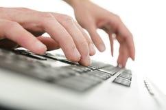 键入在计算机键盘的商人手细节 库存图片