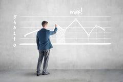 商人drawind成长曲线图和箭头在 免版税库存图片