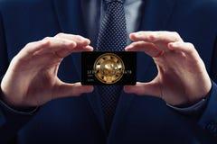 商人ihold信用卡,与cryptocurrency 概念块式链电子商务位硬币  免版税库存图片