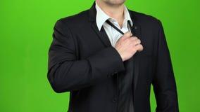 商人upzips他的夹克和解开他的领带 绿色屏幕 关闭 影视素材