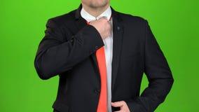 商人upzips他的夹克和解开他的领带 绿色屏幕 关闭 股票录像