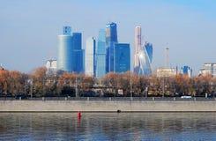 商务中心城市莫斯科 堤防莫斯科河视图 库存照片