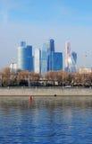 商务中心城市莫斯科 堤防莫斯科河视图 免版税库存照片