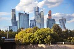 商务中心城市莫斯科 背景蓝天 免版税库存照片