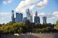 商务中心城市莫斯科 背景蓝天 库存照片