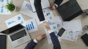 商务伙伴不安全的握手,人怀疑关于战略决策 影视素材