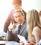 商务伙伴业务会议在办公室 关于销售成长的讨论和讨论 免版税库存图片