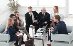 商务伙伴和事务合作谈论一新的contrac 图库摄影