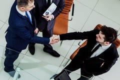商务伙伴在开始业务会议前握手 免版税库存照片