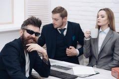 商务伙伴或商人在会议,办公室背景上 企业交涉,谈论成交的情况 人 库存图片