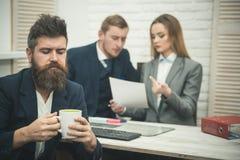 商务伙伴或商人在会议,办公室背景上 企业交涉,谈论成交的情况 人 免版税库存照片