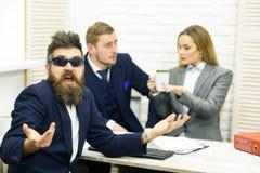 商务伙伴或商人在会议,办公室背景上 企业交涉,谈论成交的情况 库存照片