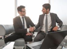 商务伙伴握手在会议上在商业中心 免版税库存照片