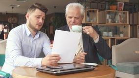 商务伙伴谈论一些纸 库存照片