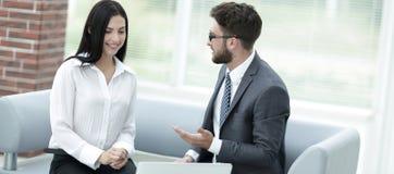 商务伙伴谈论商业文件在签合同前 库存图片