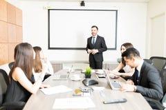 商务伙伴谈论在会议 库存照片