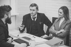 商务伙伴,商人在会议,办公室背景上 相信和投资概念的事务 商人要求 库存照片