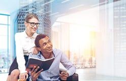 商务伙伴在一个未来派办公室 免版税库存照片