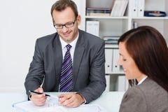 商务伙伴在工作在办公室 免版税库存图片