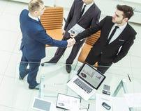 商务伙伴在开始业务会议前握手 图库摄影
