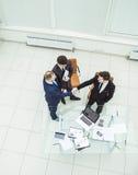 商务伙伴在开始业务会议前握手 库存照片