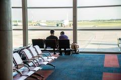 商务伙伴在Eziza机场 现代设定 的Wating 免版税库存照片
