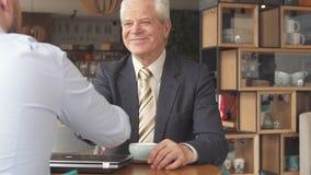 商务伙伴完成他们的会议在咖啡馆 影视素材
