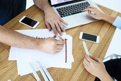 商务伙伴开一次会议在办公室 库存图片