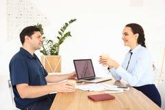 商务伙伴开一次会议在办公室 免版税库存图片