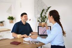 商务伙伴开一次会议在办公室 免版税图库摄影
