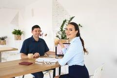 商务伙伴开一次会议在办公室 免版税库存照片