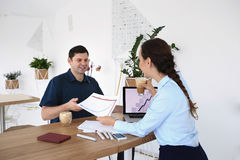 商务伙伴开一次会议在办公室 库存照片