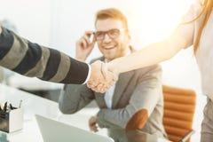 商务伙伴握手专业雇员的背景的 库存照片