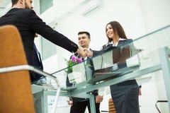 商务伙伴握手在关于合同的讨论的以后在工作场所在一个现代办公室 库存照片