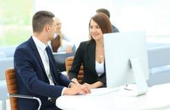 商务伙伴的图象谈论想法在会议上 免版税库存图片