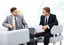 商务伙伴的图象谈论文件和想法在mee 库存图片