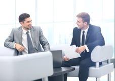 商务伙伴的图象谈论文件和想法在mee 免版税图库摄影