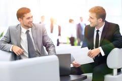 商务伙伴的图象谈论文件和想法在mee 免版税库存照片