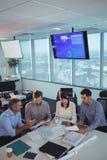 商务伙伴谈论在会议在办公桌 免版税库存照片