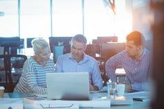 商务伙伴谈论在会议 免版税库存照片