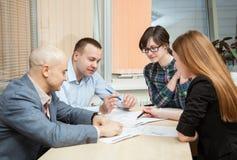商务伙伴谈论想法在会议上 免版税库存图片