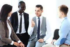 商务伙伴谈论文件和想法在会议上 免版税库存照片