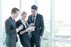 商务伙伴谈论文件和想法在会议上 免版税库存图片