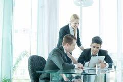商务伙伴谈论文件和想法在会议上 免版税图库摄影