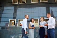 商务伙伴谈话在办公楼之外 免版税库存照片