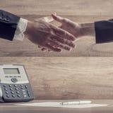 商务伙伴震动移交签字的  免版税库存图片