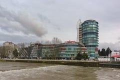 商务和亚历山大的商业中心河索契的河岸的在一个多云春日 库存照片