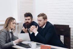 商务咨询概念 夫人律师或会计咨询的企业家 商务伙伴或商人在 库存图片