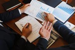 商务咨询群策群力报告项目的商人会议分析 库存照片